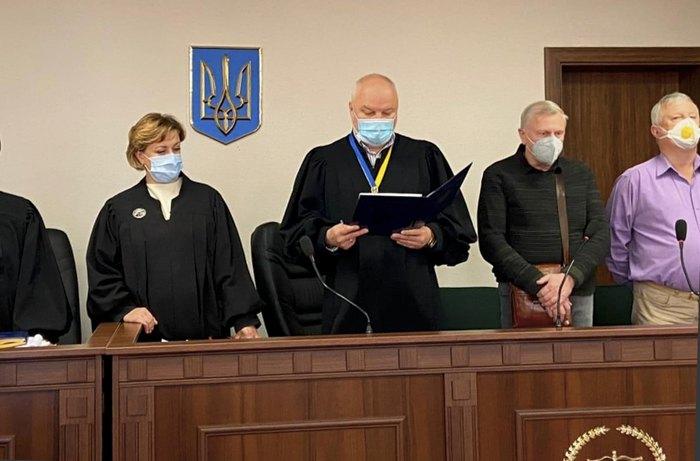 Cуддя Сергій Дячук (у центрі)
