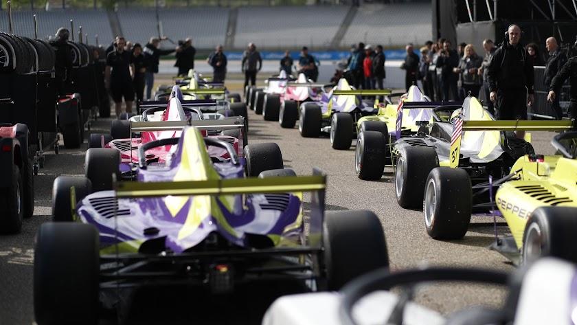 Vehículos de la W Series, en la parrilla de salida.