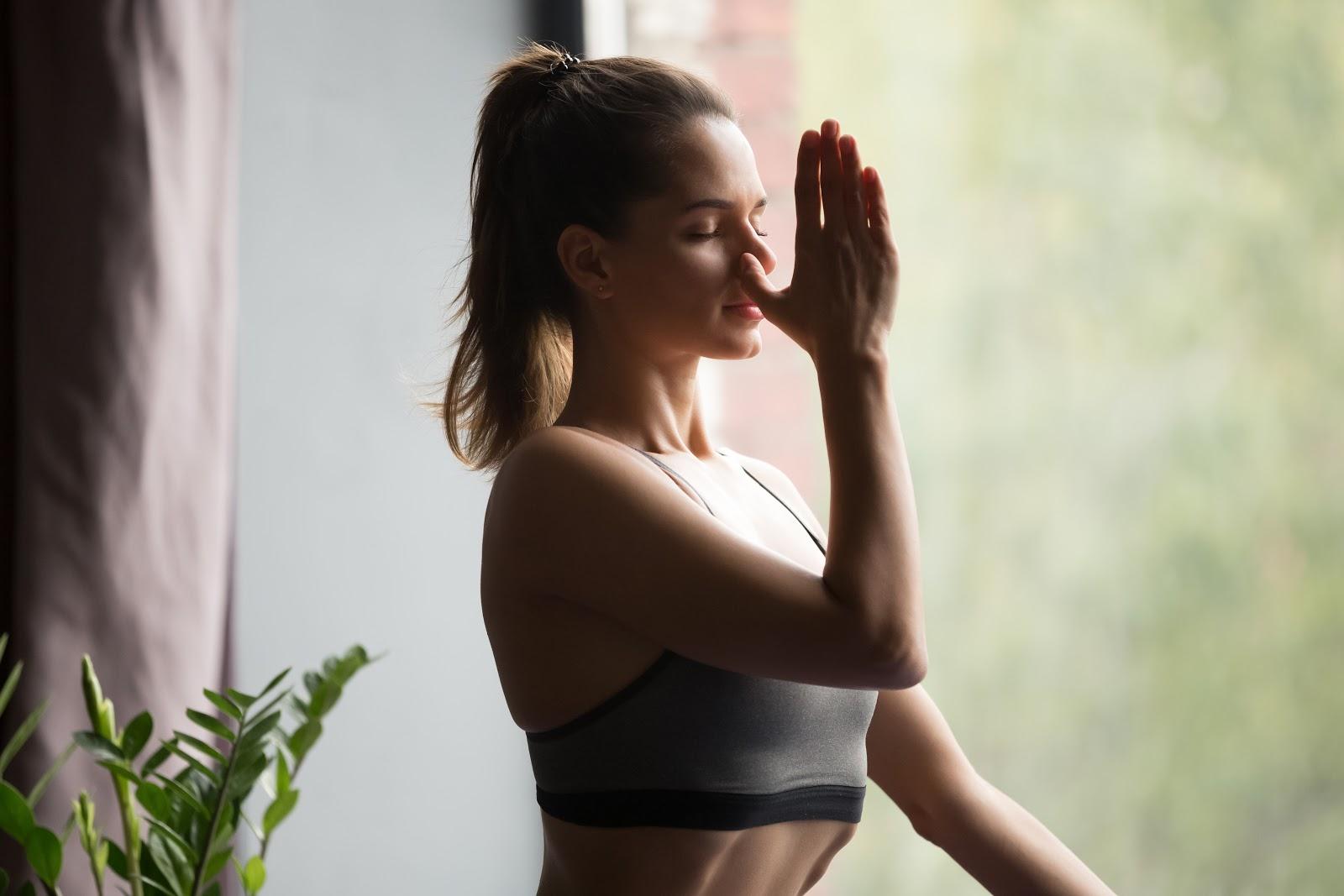 mulher meditando concentrada