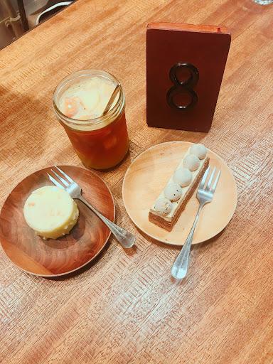 法式可可焦糖蛋糕 1️⃣2️⃣0️⃣ 有點甜 但是吃起來卻不會膩 上面的奶油可單獨吃也可配上蛋糕一起吃 都超級無敵讚  檸檬白巧克力蛋糕 1️⃣2️⃣0️⃣ 中間的檸檬蛋糕微酸 外面那層巧克力甜甜的
