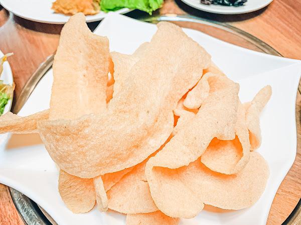 #周氏蝦捲台南總店 想到周氏蝦捲,除了招牌蝦捲外,還有什麼料理呢? 周氏蝦捲的合菜,也是聚餐的好選擇。總店限定的合菜,在三樓宴會廳,就能享受到美味的道地臺南桌菜。 #烏魚子佐芋粿巧 切的超大片的烏魚子