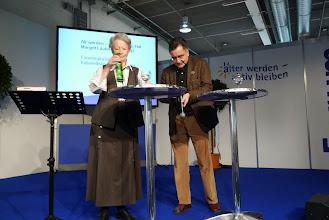 """Photo: Margrit Läubli, 82 Jahre jung, Partnerin von Cesar Keiser, hat ein Rezept über  """" alt werden - jung bleiben """""""