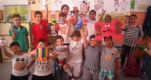 Alumnado mostrando sus juguetes reciclados.