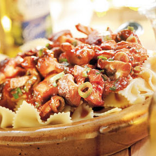 Pasta Met Kip, Paddenstoelen En Bosuitjes In Tomatensaus