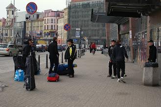 Photo: even wachten op de bussen, maar het is heeeel koud!