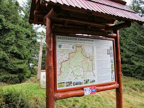 Photo: 23.Słowacy nie przejmują się polskimi sporami, co jest najwyższe, a co nie. Dla nich Mędralowa jest ważna z zupełnie innego powodu - otóż jest to najdalej wysunięty na północ punkt ich kraju, a geograficznie zaliczana jest do pasma Oravské Beskydy. Przy okazji - wschodni wierzchołek, na którym stoi ta tablica (1150 m), jest wierzchołkiem niższym.