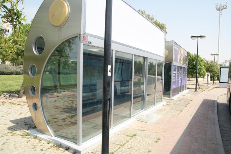 Космічний вигляд зупинки з кондиціонером в середені в Дубаї