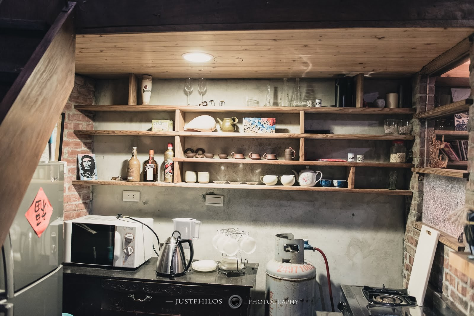 有獨立的廚房空間,包含瓦斯爐和微波爐等設備;不過因為有些鍋具感覺很久沒有使用,還是有一些衛生上的考量。