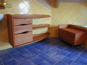 Photo: Die freihängende Konstruktion bietet optimalen Schutz vor aufsteigender Feuchtigkeit Die geölte Oberfläche erlaubt dem Holz Feuchtigkeit auf zunehmen und wieder abzugeben ohne dass es zu Spannungen kommt. Das Holz wirkt somit feuchtigkeitsregulierend und ist sehr geeignet für Möbel in Nassräumen.