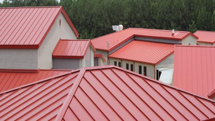 Mái tôn giữ được vẻ ngoài đồng bộ cho công trình nhà liền kề