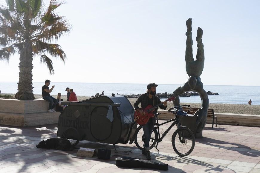 El Paseo Marítimo cuenta con varias esculturas.