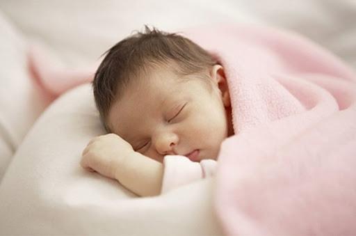 Sự thật tác hại về bẹt đầu do bé nằm nhiều