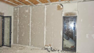 Photo: isolatieplaat links van het raam moet opnieuw