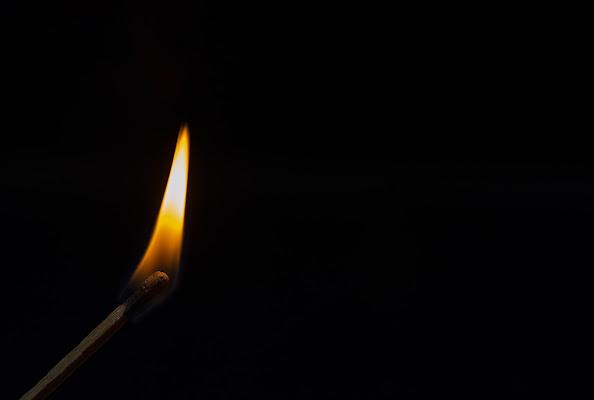 Dal buio spunta una fiammella di speranza. di frapio59