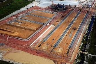 Photo: Tanques de água e área de armazenamento de minério depois de filtragem junto ao T1 do Porto do Açu
