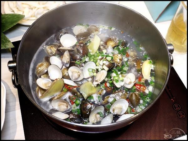 覺醒幸福鍋物~超強無敵蛤蛤蛤肉肉鍋套餐,養生時蔬菜盤,料多實在、新鮮好吃,各口味湯底不另收費!新莊火鍋推薦