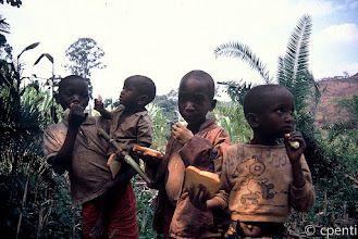 Photo: (Rwanda) Pane e banane / Bread and bananas