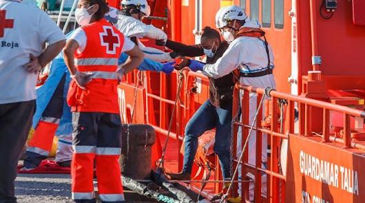 Doce personas rescatadas de una patera que navegaba hacia Almería