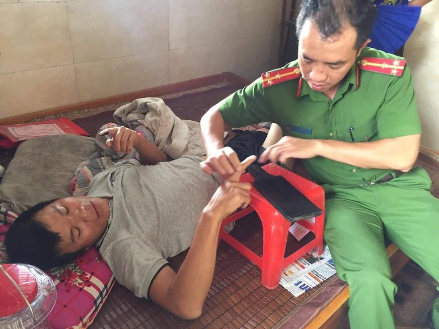 Cán bộ Công an huyện Nghi Lộc đến tận nhà làm thủ tục cấp CMND cho người khuyết tật