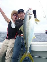 """Photo: やりました! お見事ヒラスキャッチです! ・・・我が事の様に喜ぶ""""堤田さん"""" いいですねー!"""