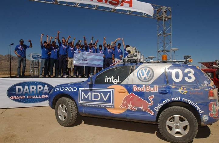 Stanley, o Volkswagen Touareg, e a equipe de Stanford. Imagem: Defense Media Network