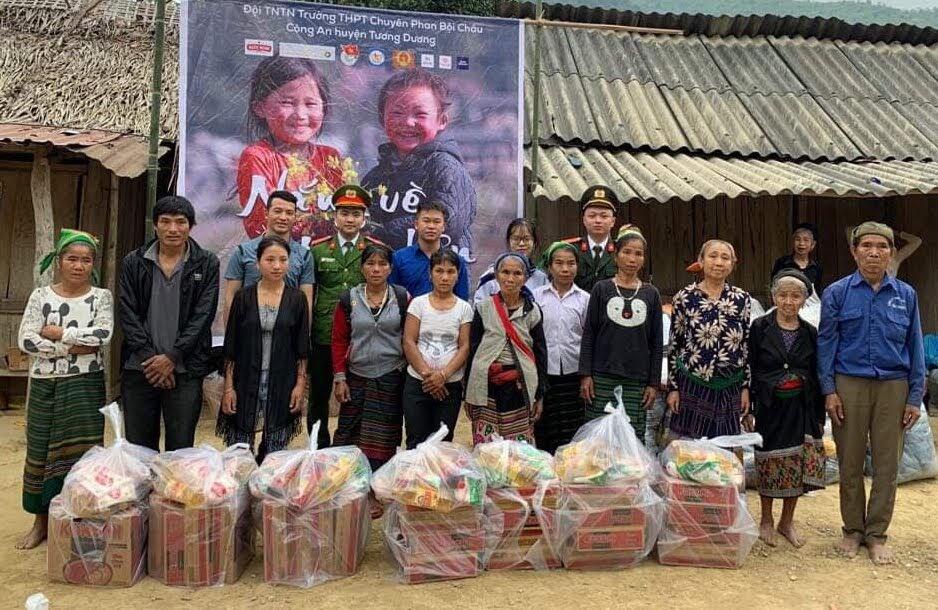 Các hộ dân trên địa bàn xã Hữu Khuông cảm động đón nhận quà tặng