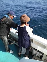 Photo: エギング界の巨匠!弓削さんにタイラバのやり方をならう、坂下釣具のオカメ!・・・・ちゃんと聞いているのかな?