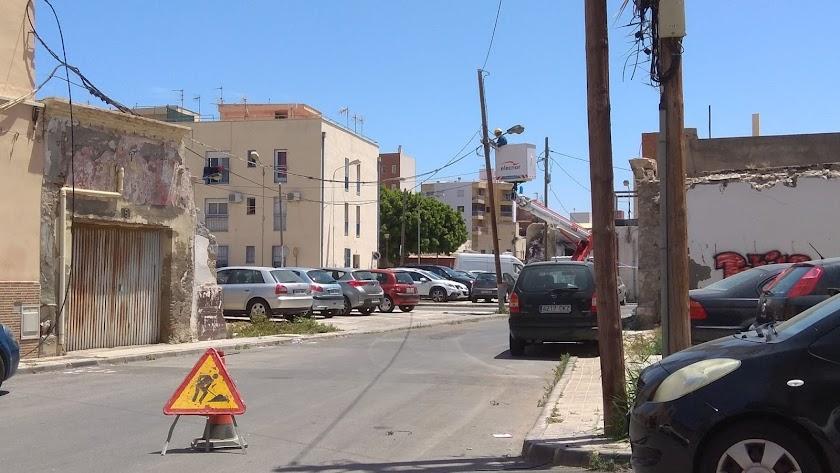 Un operario realiza trabajos sobre el tendido eléctrico en Barrio Alto, en Almería.