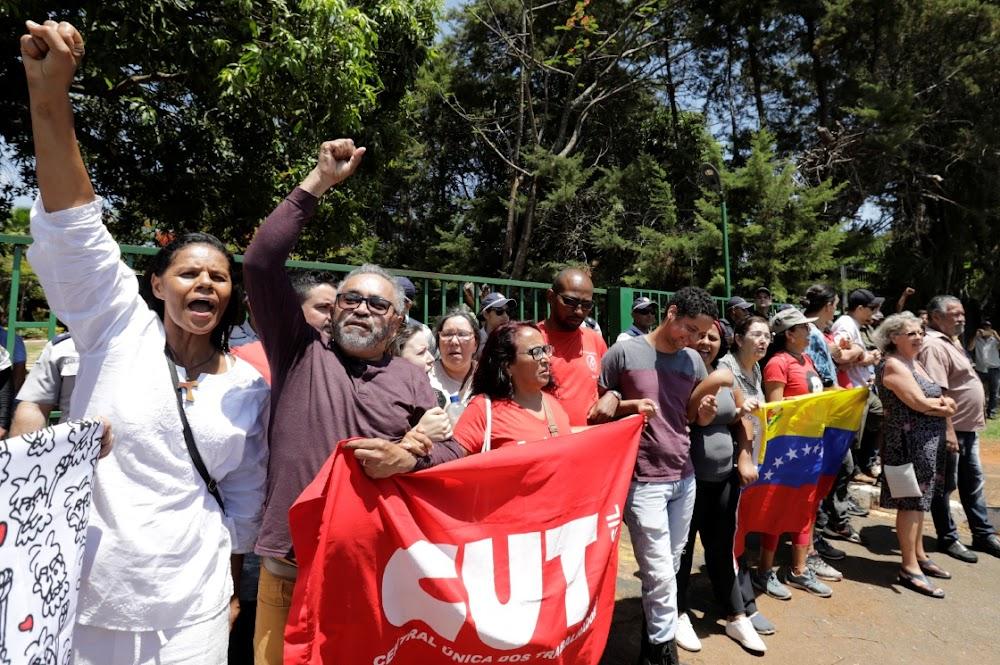 Opposition to Maduro storm Venezuelan embassy in Brasil