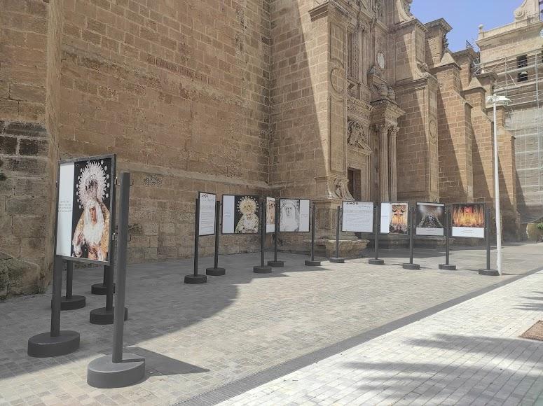 Los 21 paneles se sitúan ante la fachada de la Catedral.