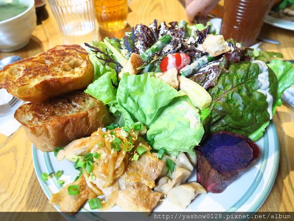 solar table 於光早午餐~~滿出來的生菜是亮點,吃的到營養均衡,家常料理也很入味,簡單美味~~生意很好記得要預約~~