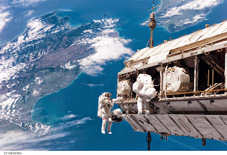Photo: Heute (7.10.14, 14:10 Uhr) live: Der Weltraumausstieg (#EVA27) von Alexander Gerst http://www.dlr.de/blogs  (FW) Bild: Über Neuseeland: Weltraumausstieg der Astronauten Curbeam (NASA) und Fuglesang (ESA) 2006 Bildquelle: NASA