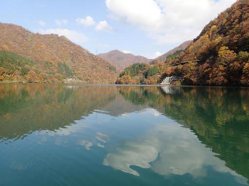 錦秋のうなづき湖ボートクルーズ