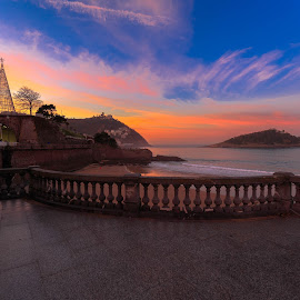 atardecer en San Sebastian by -. Phooneenix .- - City,  Street & Park  Vistas ( sunset, san sebastian, atardecer )