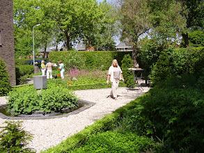 Photo: Tijdens de kerktuinendag stonden er hapjes in de tuin gemaakt van producten uit deze tuin.