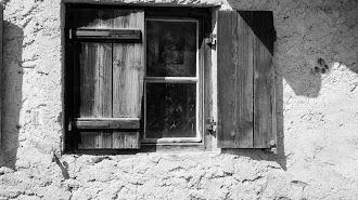 """""""Al abrir la ventana observo aún cerradas las de mis vecinos""""."""