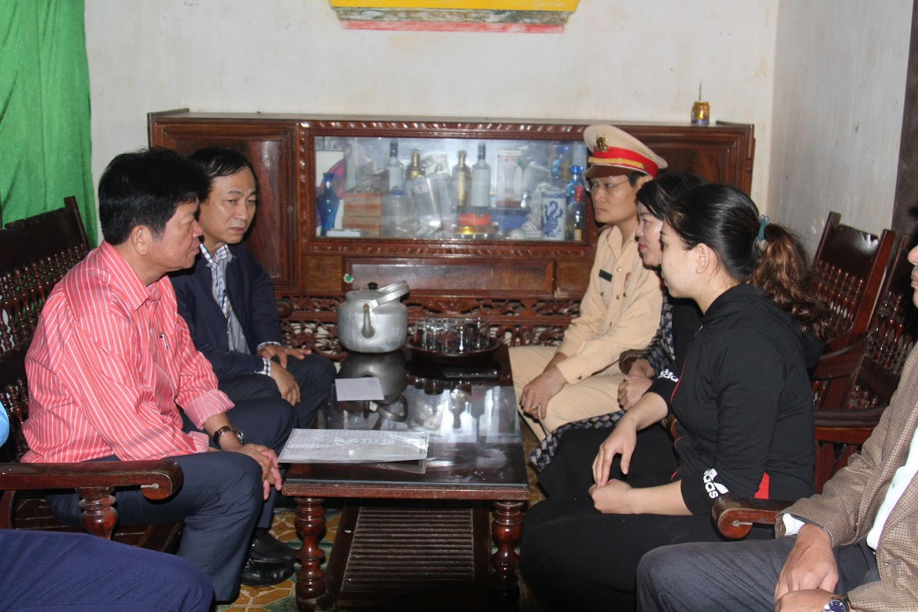 Thăm hỏi gia đình chị Nguyễn Thị Minh ở xóm Yên Sơn 2, xã Hoà Sơn