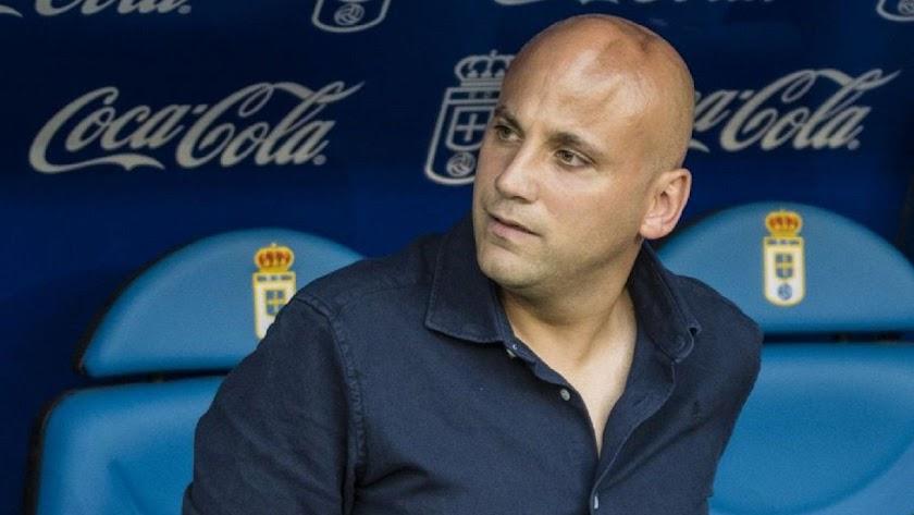 Javier Rozada en el banquillo del Carlos Tartiere.