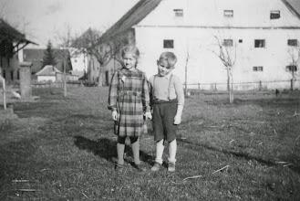 Photo: Marianne und Franz(i). Hinten das später abgerissene Bräuhaus.