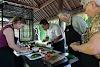 Indonésie. Cours de cuisine de Bali. Préparer la salade Lawar