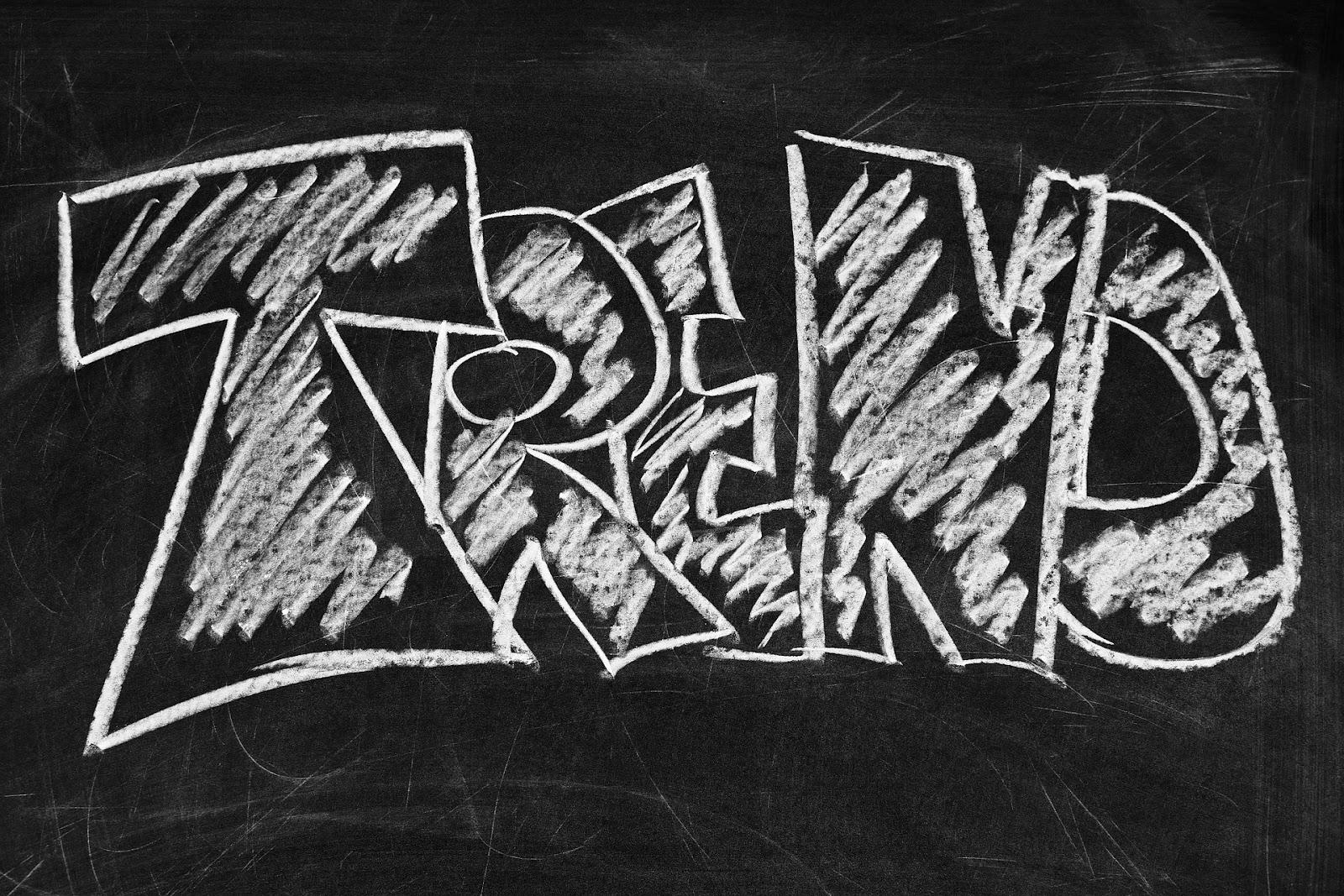 המילה TREND כתובה על לוח גיר