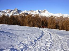 Photo: La traccia con neve ben battuta, rende superfluo l'uso delle ciaspole. Mentre dietro noi il panorama si apre con la piramide del M.Chersogno che ci accompagnerà per tutta la giornata.