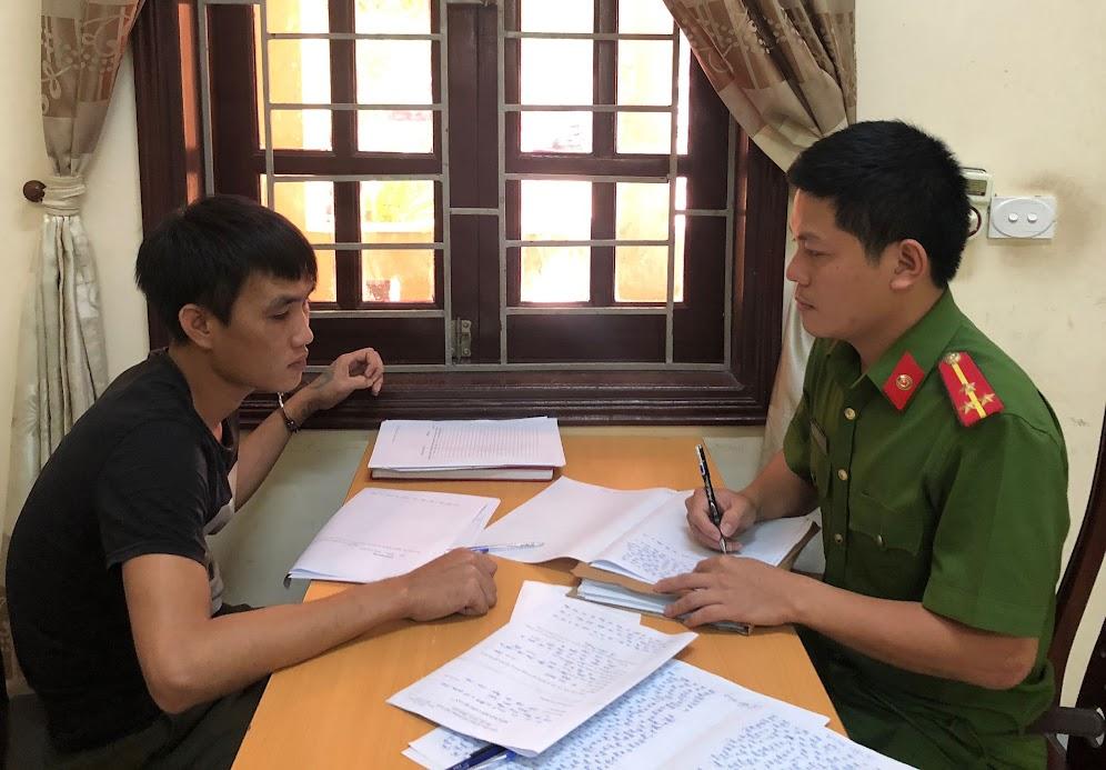 Cán bộ Công an huyện Diễn Châu lấy lời khai đối tượng trong một vụ án