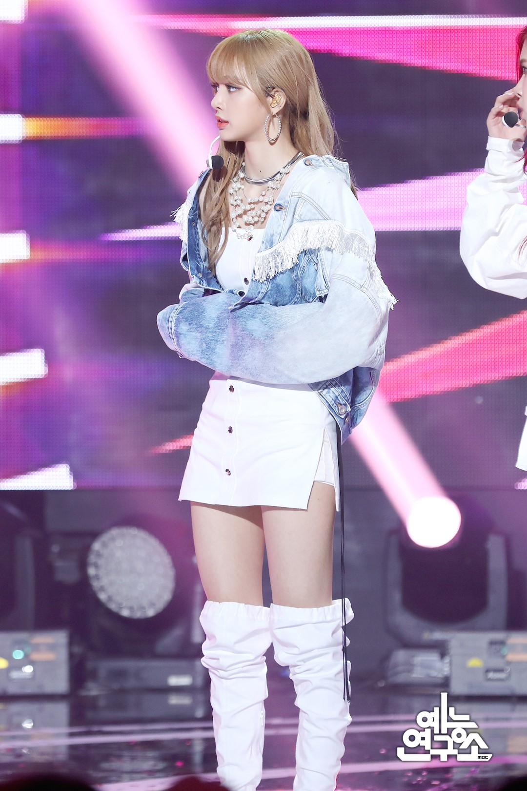 BLACKPINK-Lisa-MBC-Music-Core-white-outfit-30-June-2018-photo-4