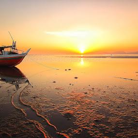 Matahari Pagi dari Marapokot by Marcell Boli - Landscapes Beaches