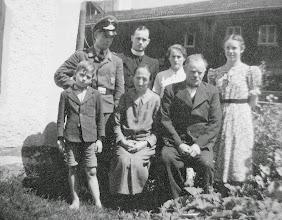 Photo: Großeltern mit Max, Alois, Maridl, Kathi - ist der Bub Onkel Toni?