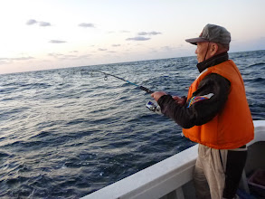 "Photo: 今月は、2つの台風に釣行を阻止されて、久しぶりの釣行! 今日は「エサ釣り」ですが""イノウエさん""朝一ジギングでフィーッシュ!"