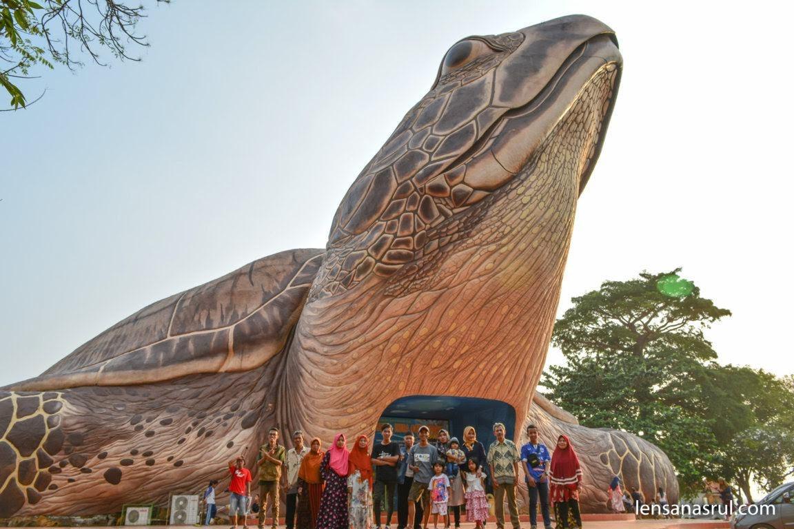 Photo bareng di depan Kura-kura Ocean park