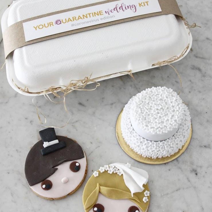 Il kit singolo comprende: una mini wedding-cake, due frollini decorati con le caratteristiche degli sposi (colore occhi e capelli ad esempio). Il kit doppio comprende: due pacchettini con ciascuno una tortina e un biscotto decorato. Allo sposo viene inviata la sposina di frolla e viceversa. .