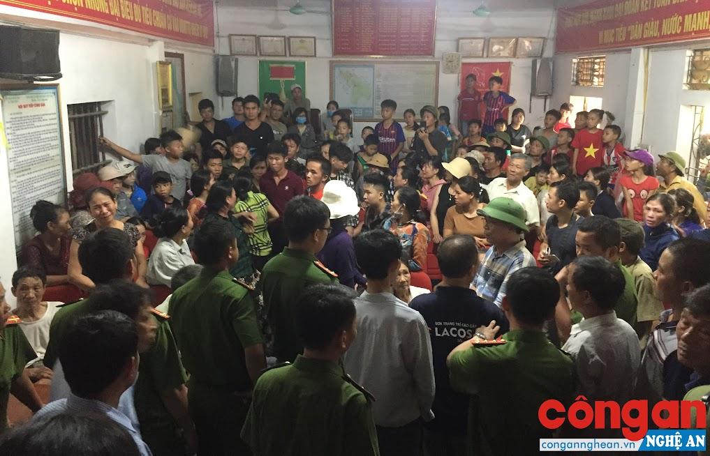 Bà con xã Tiến Thủy tập trung tại UBND xã yêu cầu tàu hàng khẩn trương tìm kiếm nạn nhân - Ảnh: Hồ Hưng
